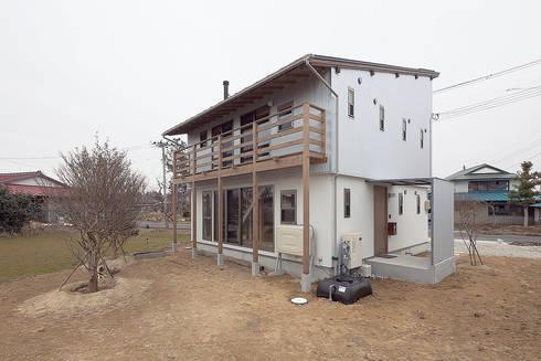 大きな屋根で太陽の熱を集める: 株式会社 建築工房零が手掛けた家です。