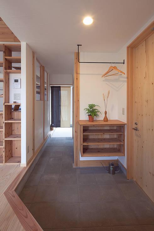 想像以上に便利な土間動線: 株式会社 建築工房零が手掛けた廊下 & 玄関です。