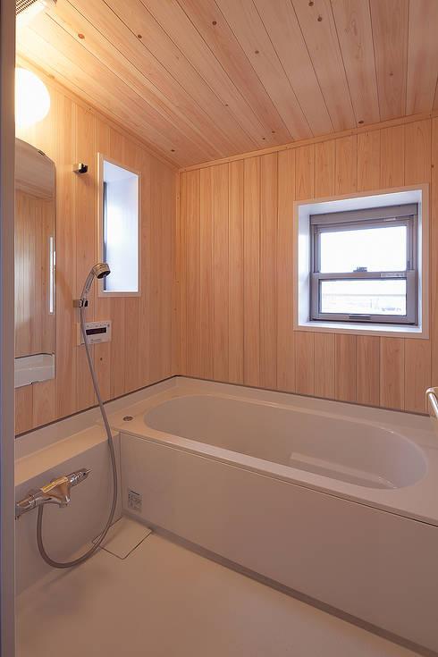 ヒノキの香り漂うハーフユニットバス: 株式会社 建築工房零が手掛けた浴室です。