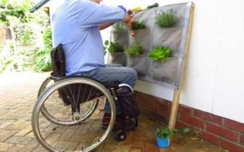 Easy access to the panel - even in a wheelchair:  Balconies, verandas & terraces  by Vertical Veg (Pty) Ltd