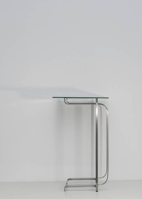 """Beistelltisch LIZ – """"another step to a timeless way of creating"""" : minimalistische Wohnzimmer von Christian Kroepfl"""