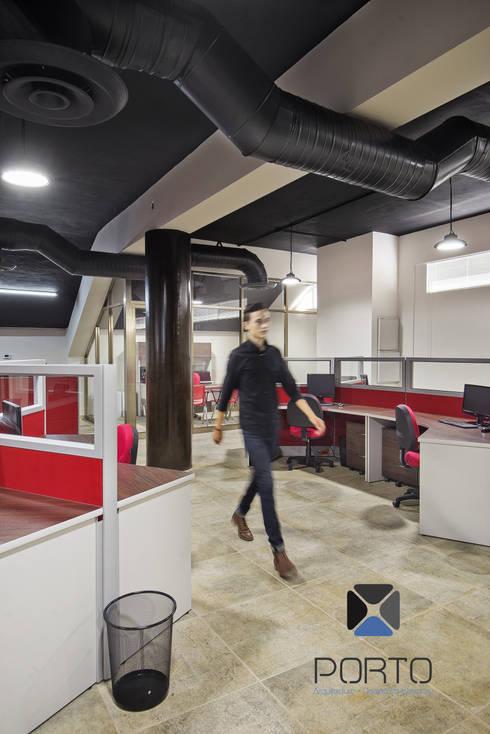 """""""Proyecto PE31"""": Estudios y oficinas de estilo industrial por PORTO Arquitectura + Diseño de Interiores"""