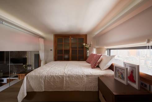 親愛的我把房子變大了!18坪木質宅:  臥室 by 磨設計