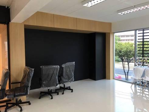 มุมวางหนังสือ และอุปกรณ์สำนักงาน:   by Area42 Property Co.,Ltd.