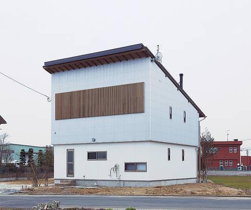 のどかな風景に佇む片流れのフォルム: 株式会社 建築工房零が手掛けた家です。