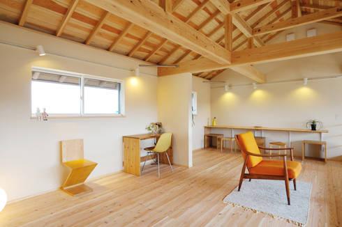 みんなで使う広いホールは将来、個室にもできる: 株式会社 建築工房零が手掛けた和室です。