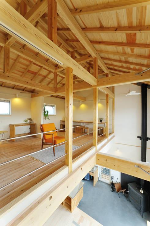 2階は勾配天井を活かした開放的な木の空間: 株式会社 建築工房零が手掛けた和室です。