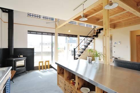 リビングからの階段はスケルトンで開放的: 株式会社 建築工房零が手掛けたプールです。