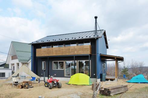 自然に溶け込む濃いブルーの外観: 株式会社 建築工房零が手掛けた家です。
