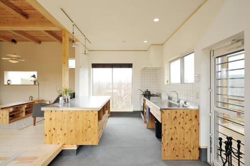 土間キッチンとリビングをゆるやかに分けるカウンター: 株式会社 建築工房零が手掛けたキッチンです。