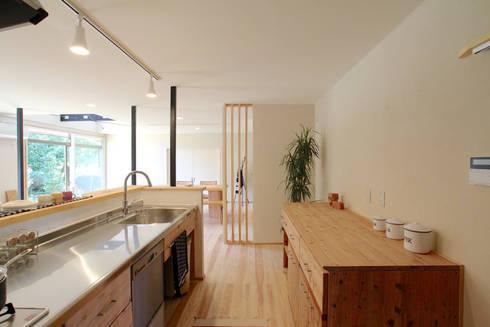 暗かったキッチンが一番のお気に入りに: 株式会社 建築工房零が手掛けたです。