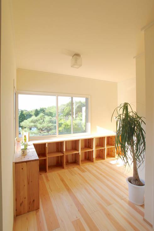 シンプルな造作家具の設え: 株式会社 建築工房零が手掛けたです。