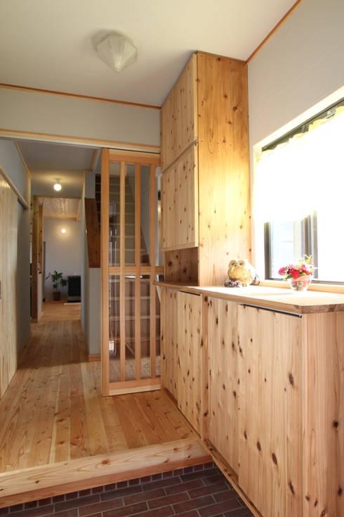 玄関には風除室機能を備える: 株式会社 建築工房零が手掛けたです。