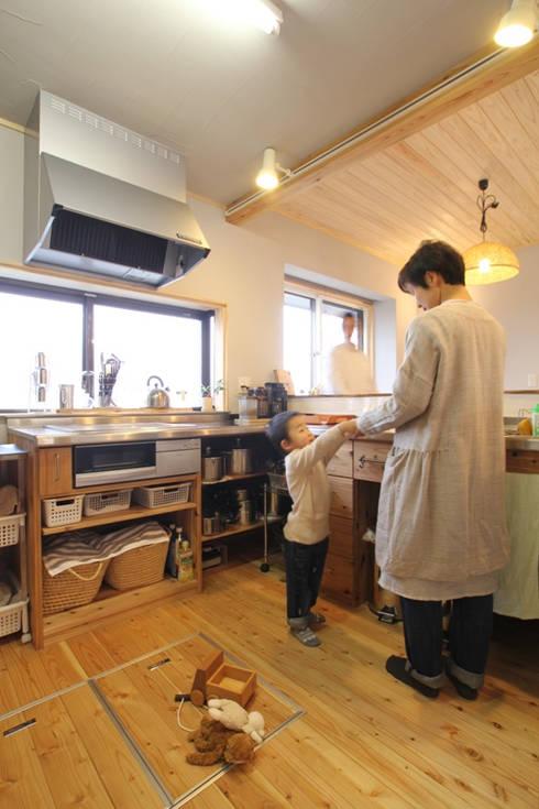 北向きだったキッチンをL型のカウンター仕様に: 株式会社 建築工房零が手掛けたです。