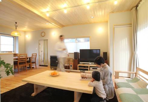 自然素材に囲まれたリビング空間: 株式会社 建築工房零が手掛けたです。