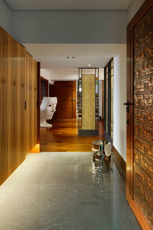 Light House- 舊屋翻新:  走廊 & 玄關 by 光島室內設計
