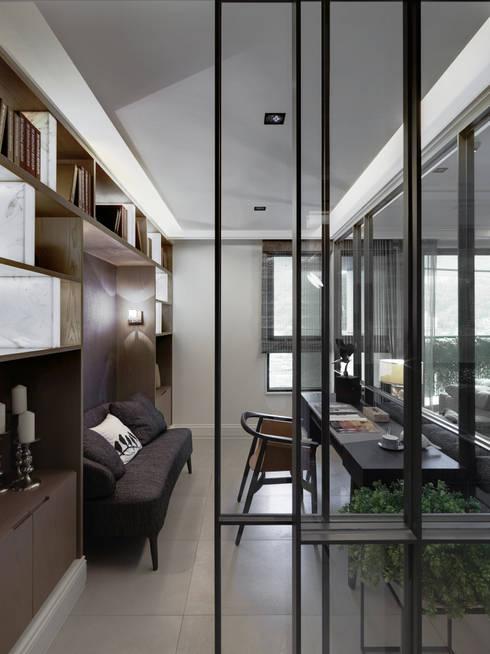 浪漫的歸屬:  書房/辦公室 by 大荷室內裝修設計工程有限公司