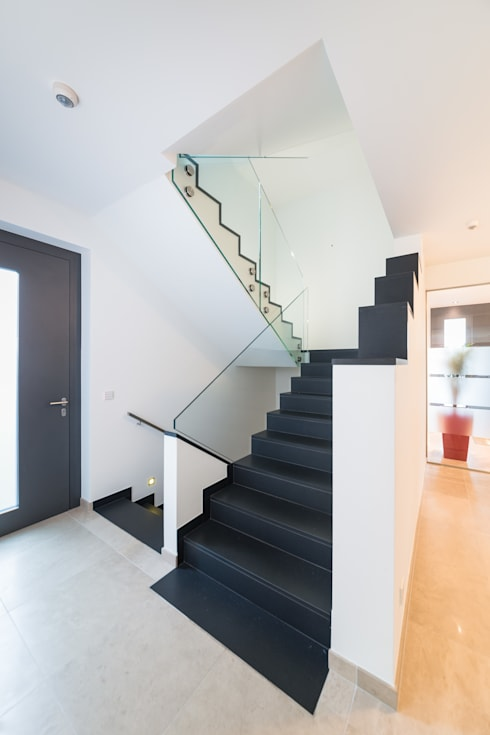 Treppe mit LED-Spots:  Flur & Diele von casaio | smart buildings