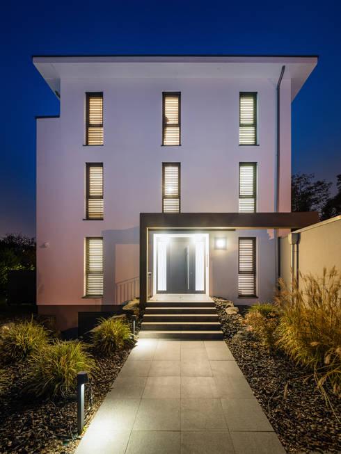 Außenansicht Straße: moderne Häuser von casaio | smart buildings