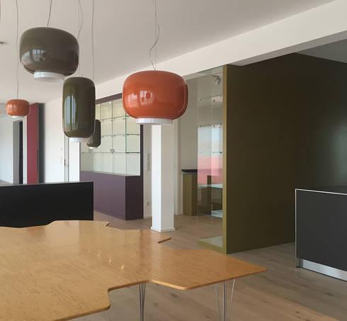 Blick vom Essbereich: moderne Esszimmer von angela liarikos architecture + design