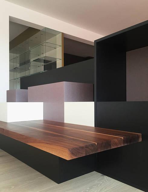 Raumteiler: moderne Wohnzimmer von angela liarikos architecture + design