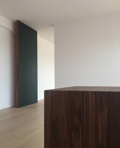 Drehtür & Konsole im Arbeitszimmer: moderne Arbeitszimmer von angela liarikos architecture + design