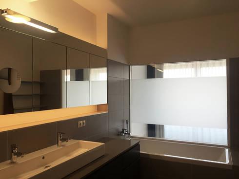 Masterbad: moderne Badezimmer von angela liarikos architecture + design