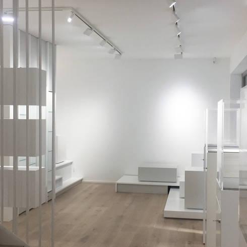 Showroom :  Geschäftsräume & Stores von angela liarikos architecture + design