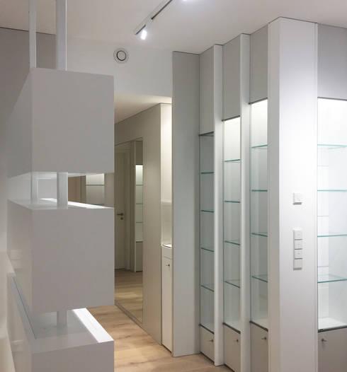 Vitrinen:  Geschäftsräume & Stores von angela liarikos architecture + design