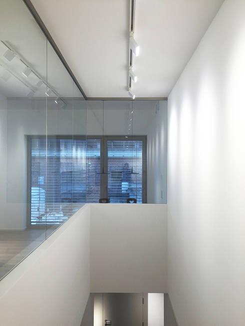 Treppenauge:  Geschäftsräume & Stores von angela liarikos architecture + design