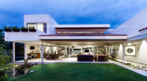 Fachada posterior: Casas de estilo moderno por Loyola Arquitectos