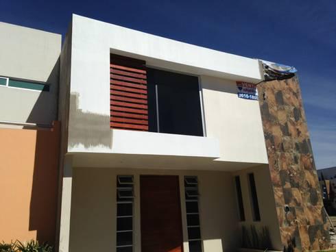 Fachada Contemporanea: Casas de estilo moderno por KMK Construcciones