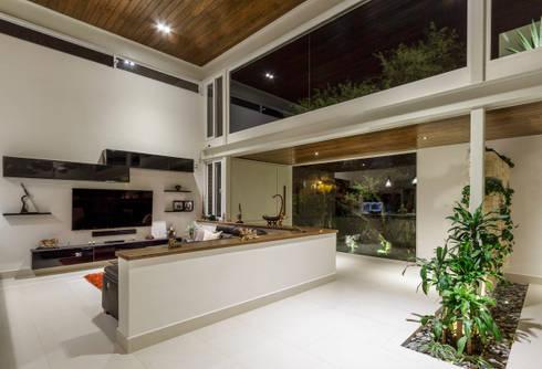 Sala TV: Salas de estilo moderno por Loyola Arquitectos