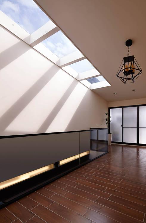 光影交錯的穿透樓梯,屬於都會的樂活休閒宅:  露臺 by 合觀設計