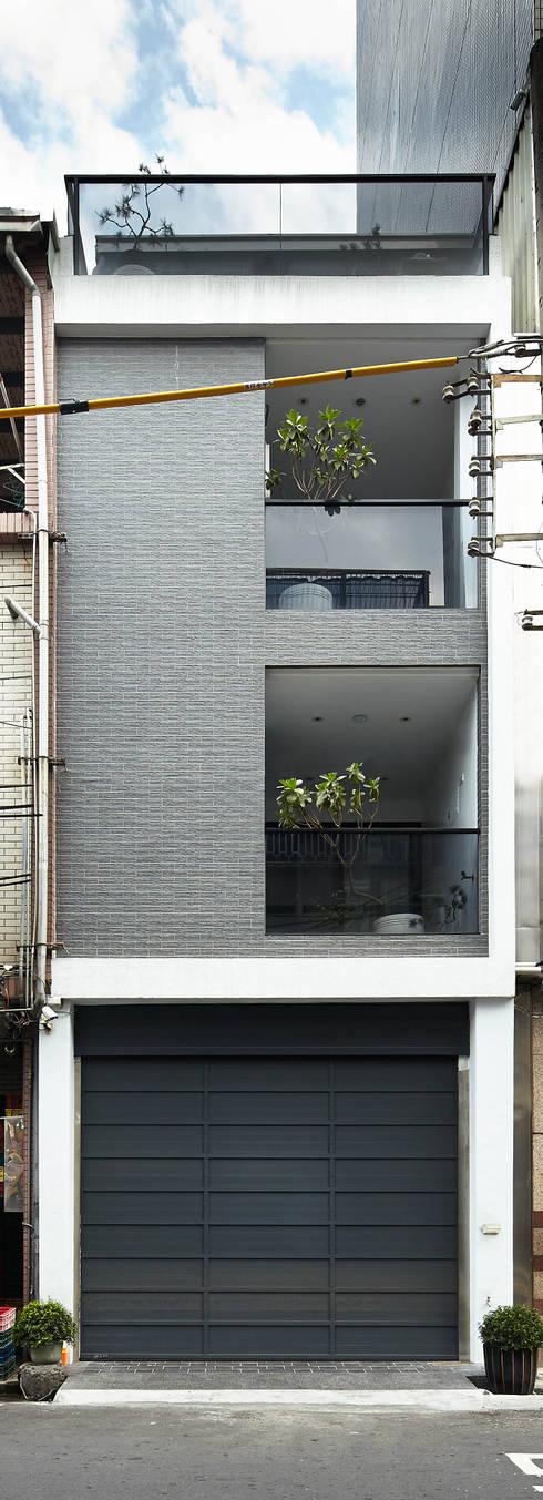 光影交錯的穿透樓梯,屬於都會的樂活休閒宅:  房子 by 合觀設計