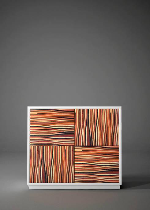 """Credenza alta dal design moderno """" MULTIESSENZA"""": Soggiorno in stile in stile Moderno di Ferrantelli Falegnameria Artigiani del Legno"""