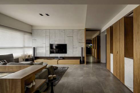 洗滌身心。療癒自然宅:  客廳 by 大荷室內裝修設計工程有限公司