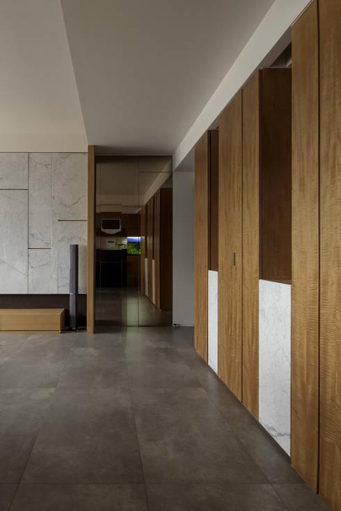 洗滌身心。療癒自然宅:  走廊 & 玄關 by 大荷室內裝修設計工程有限公司