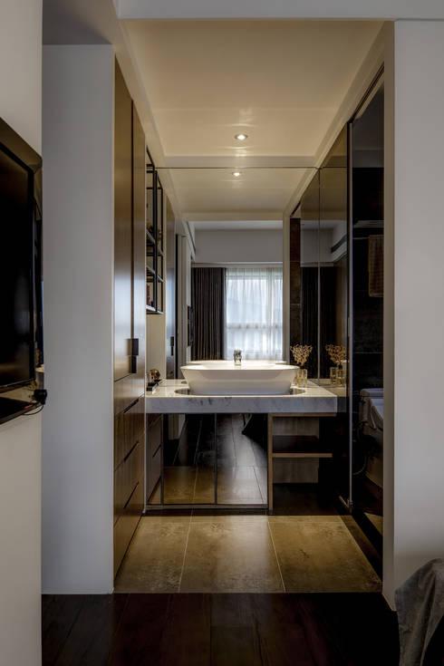 Bathroom by 大荷室內裝修設計工程有限公司