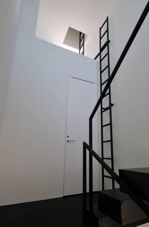 FRSW-HOUSE: 門一級建築士事務所が手掛けた廊下 & 玄関です。