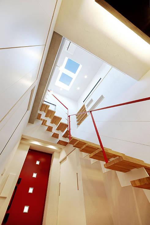 玄関ホール: OARK一級建築士事務所が手掛けた玄関&廊下&階段です。