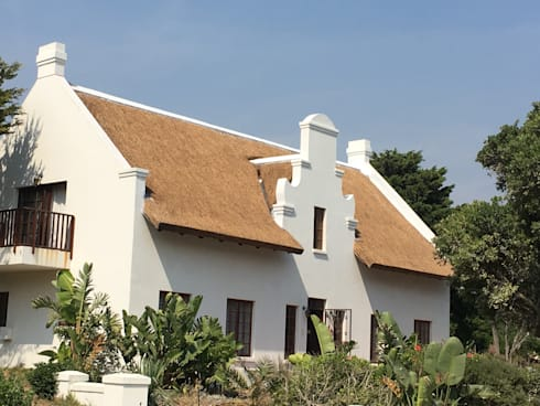 Colonial Style Home with Thatched Roof: colonial Houses by Cintsa Thatching & Roofing