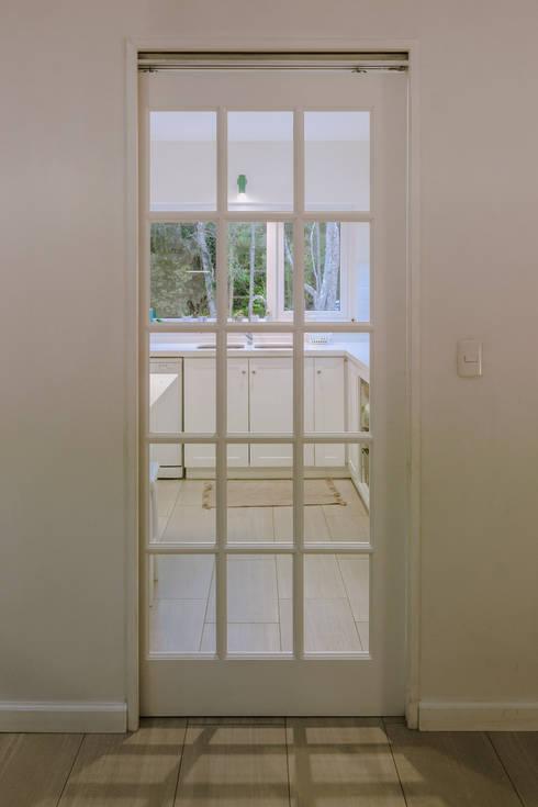 HP HOUSE: Ventanas de estilo  por Moraga Höpfner Arquitectos