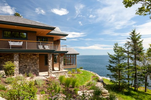 Bold Ocean Cottage: classic Houses by John Morris Architects