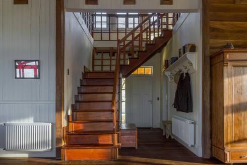 CASONA LOS BAJOS: Pasillos y hall de entrada de estilo  por Moraga Höpfner Arquitectos