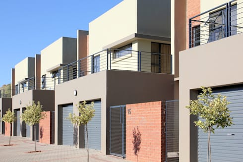 The Boulders Townhouses: modern Houses by Sergio Nunes Architects