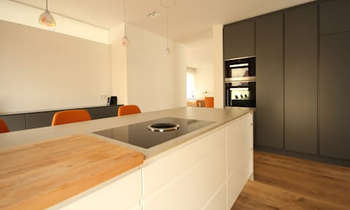 Puristische Küche mit Steinarbeitsplatte und Farbtupfer von Beer ...