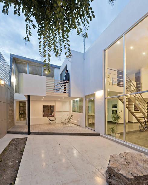 casa VIC: Casas de estilo moderno por NonWarp