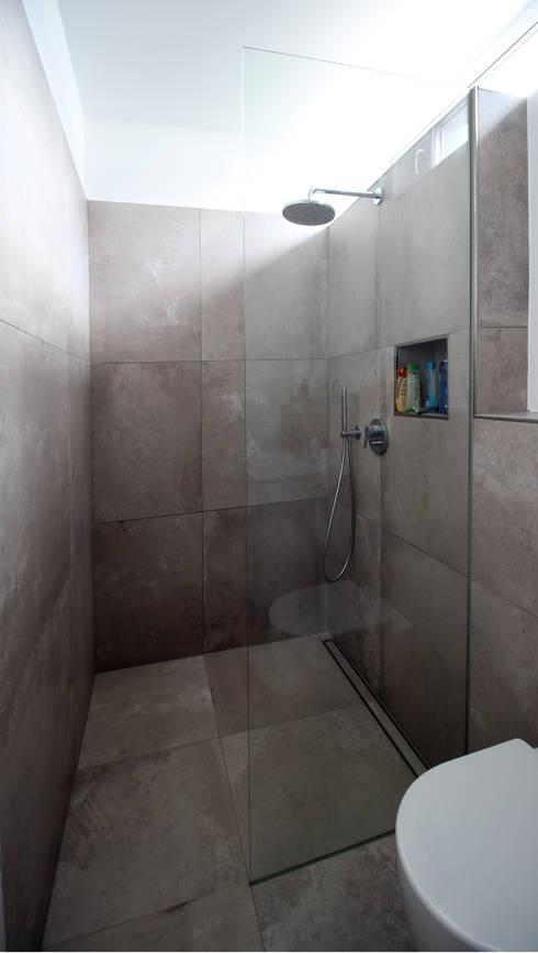 Neubau in Bonn: moderne Badezimmer von PlanBar Architektur