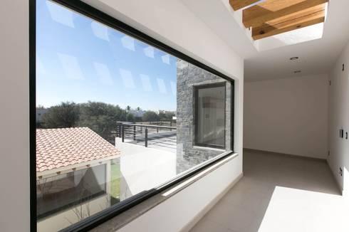 Campanario Purisima 204: Pasillos y recibidores de estilo  por Arquitectura MAS